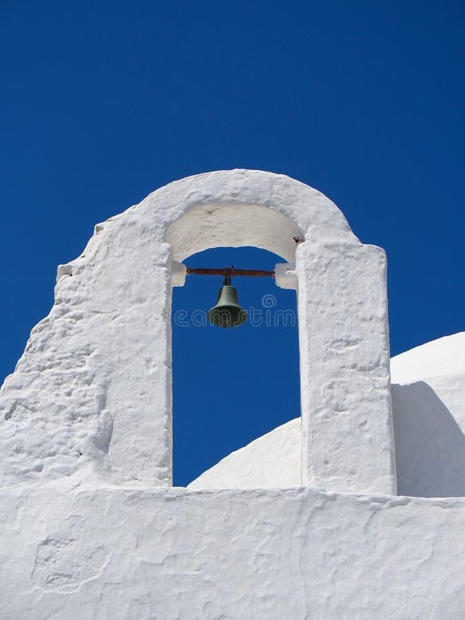 Campanario griego blanco tradicional de la iglesia católica imagenes de archivo
