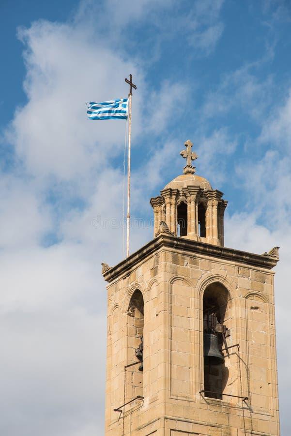 Campanario griego ortodoxo de la iglesia cristiana con la bandera griega foto de archivo libre de regalías