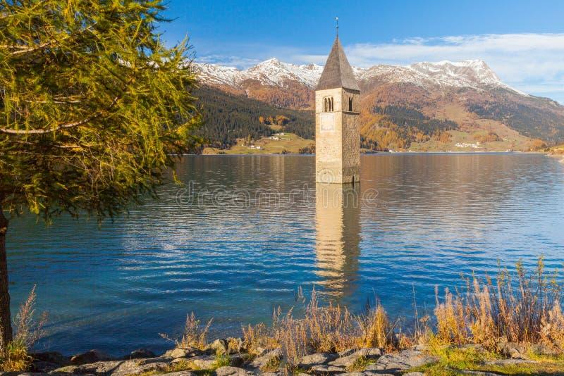 Campanario sumergido en las montañas del italiano del resia del lago imagen de archivo