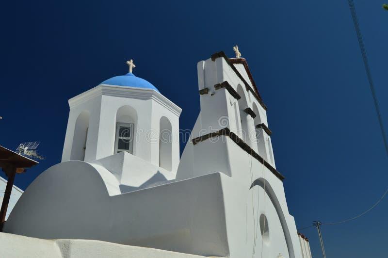 Campanario y fachada principal de la iglesia hermosa de Pyrgos Kallistis en la isla de Santorini Viaje, travesías, arquitectura, imagen de archivo libre de regalías