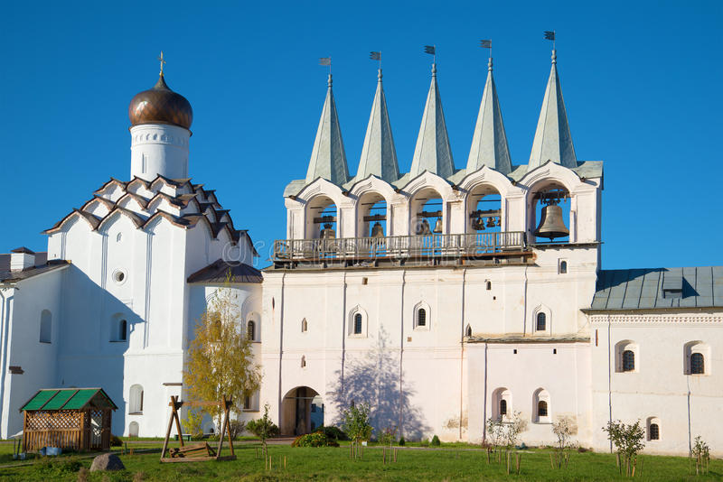 Campanario y la iglesia de la intercesión del primer del monasterio de la suposición de Tikhvin Tikhvin, Rusia imagenes de archivo