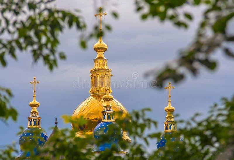 Campanarios de oro de la iglesia ortodoxa rusa en la vieja arquitectura de piedra rusa Tobolsk-hermosa de las Edades Medias, Sibe imágenes de archivo libres de regalías