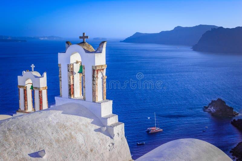 Campanas de iglesia en una iglesia ortodoxa griega, Oia, Santorini, Grecia, imagen de archivo libre de regalías