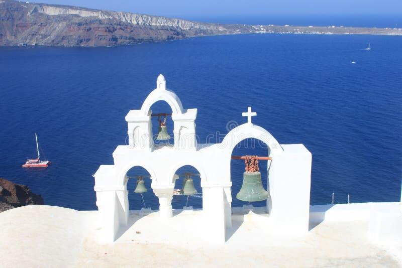 Campanas de iglesia sobre el Mar Egeo imagenes de archivo