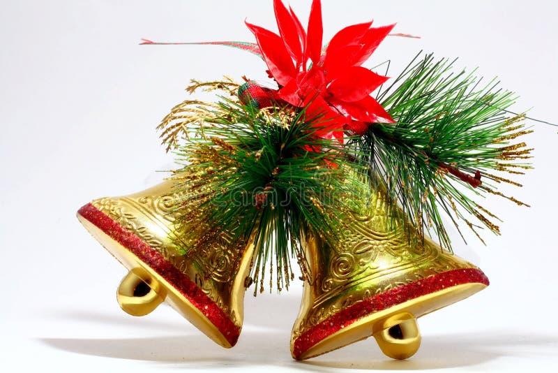 Campanas de oro de las decoraciones de la boda con la rama del abeto fotografía de archivo libre de regalías
