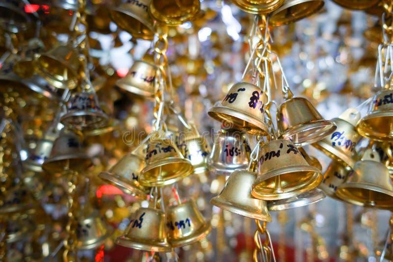 Campanas de oro en el templo foto de archivo