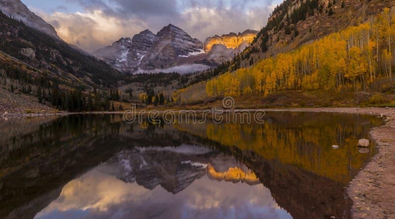 Campanas marrón cerca del álamo temblón, Colorado CO, los E.E.U.U. - puesta del sol del panorama colorea nieve e invierno - color imagen de archivo