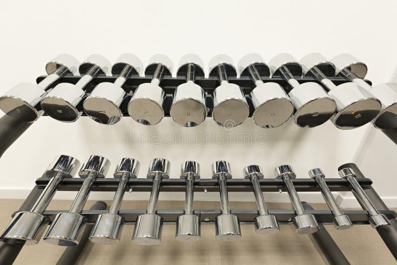 Campanas mudas alineadas en un estudio de la aptitud imagen de archivo libre de regalías