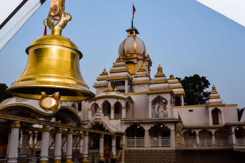 Campane dell'anello in tempio Campana dorata del metallo isolata Grande campana buddista d'ottone del tempio giapponese La campan immagini stock