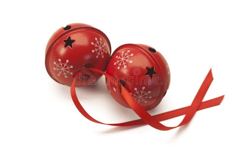 Campane di tintinnio rosse con il nastro rosso fotografie stock libere da diritti