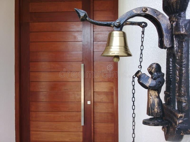 Campanello per porte all'entrata della casa fotografie stock