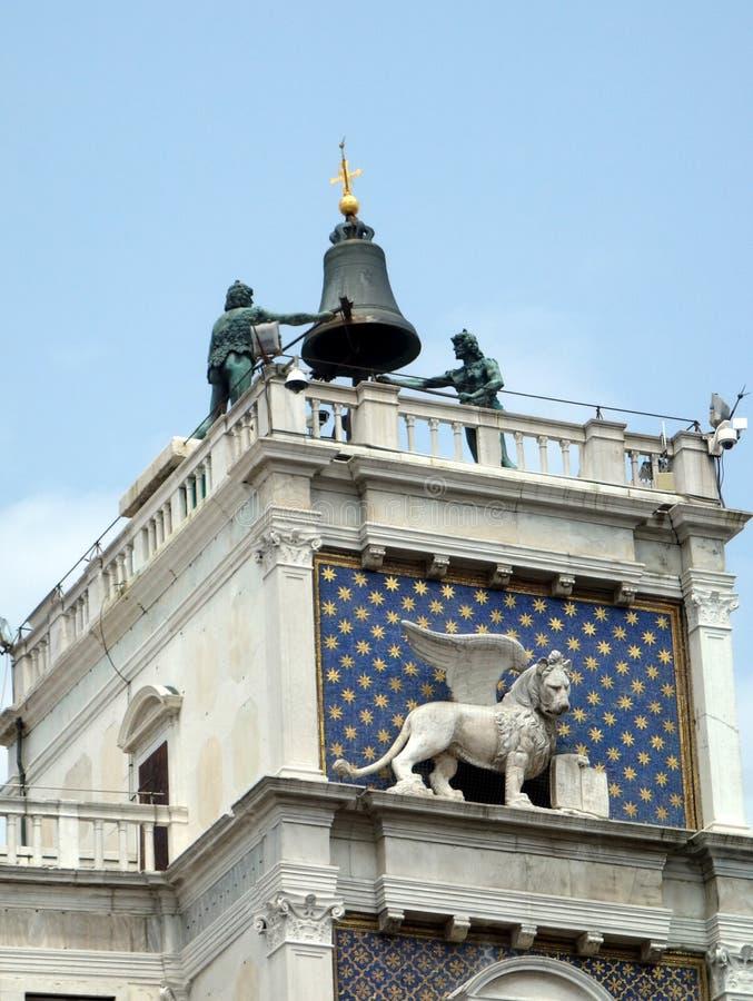 Campaneros de Bell de bronce, torre de reloj de la basílica del ` s de St Mark, Venecia, Italia fotos de archivo