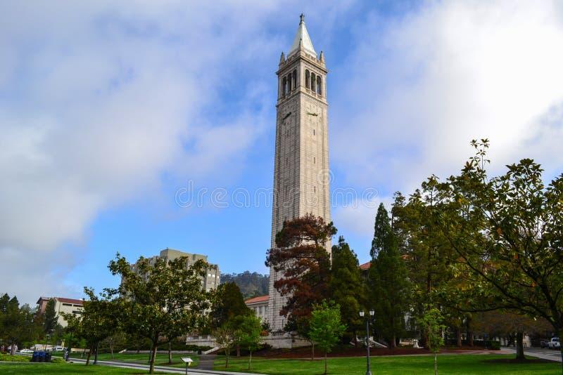 Campanil en el campus de Universidad de California fotos de archivo