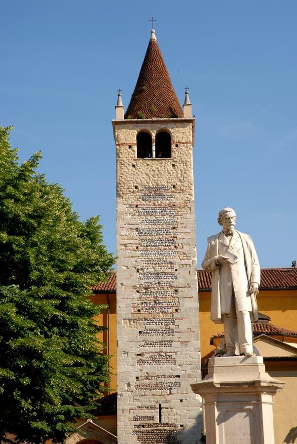Campanil y estatua blanca en Verona fotos de archivo