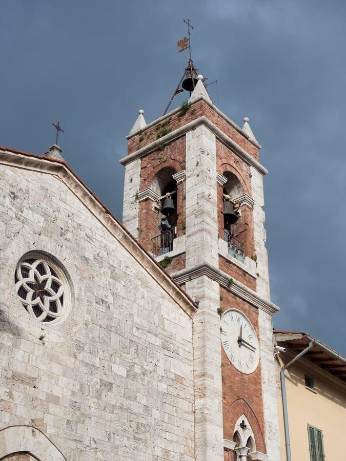 Campanile antico in pietra bianca ed in mattoni rossi di una chiesa antica immagini stock