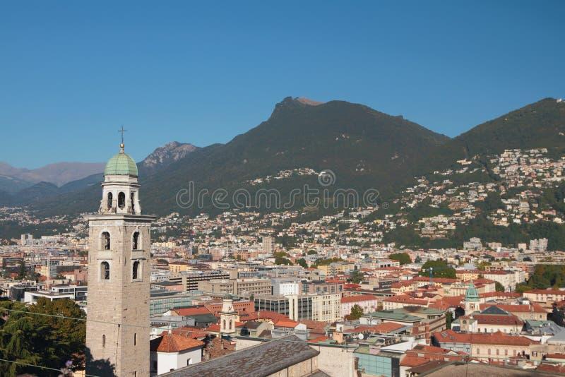 Campanile, città e colline pedemontana delle alpi Lugano, Svizzera fotografia stock