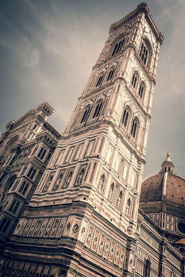 Campanile da torre de Bell da catedral Santa Maria del Fiore Duomo, em Florença, Toscânia Itália imagens de stock