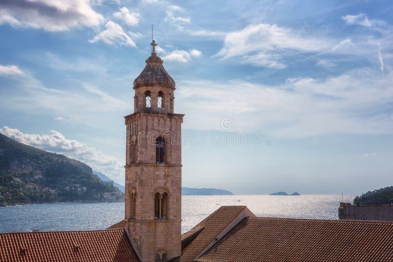 Campanile del monastero domenicano in Ragusa contro il bello cielo nuvoloso blu ed il mare adriatico, Croazia fotografia stock