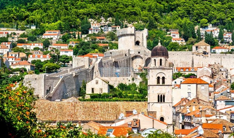 Campanile del monastero francescano e della torre in Ragusa, Croazia di Minceta immagini stock