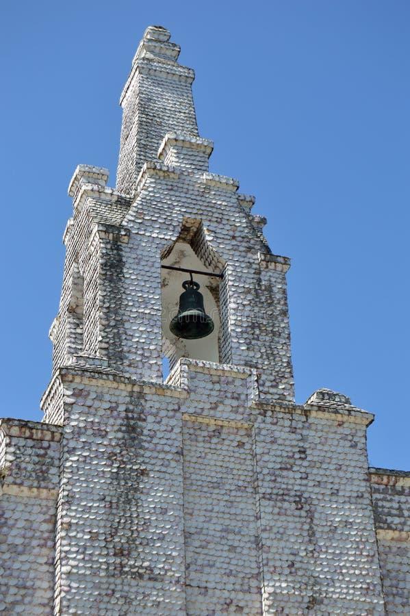 Campanile della cappella della spiaggia sull'isola di La Toja fotografie stock libere da diritti