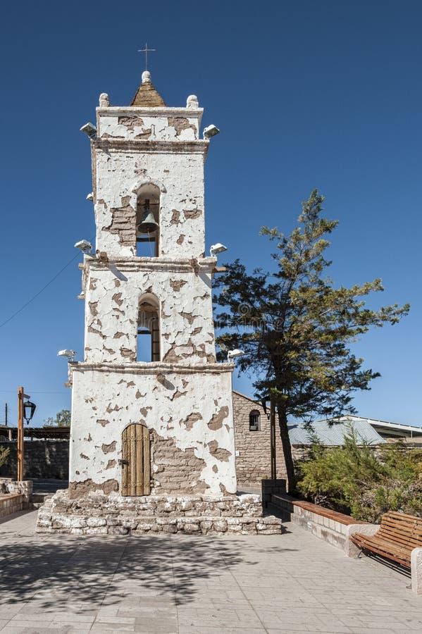 Campanile della chiesa Campanario de San Lucas al quadrato principale del villaggio di Toconao - Toconao, deserto di Atacama, Cil fotografia stock
