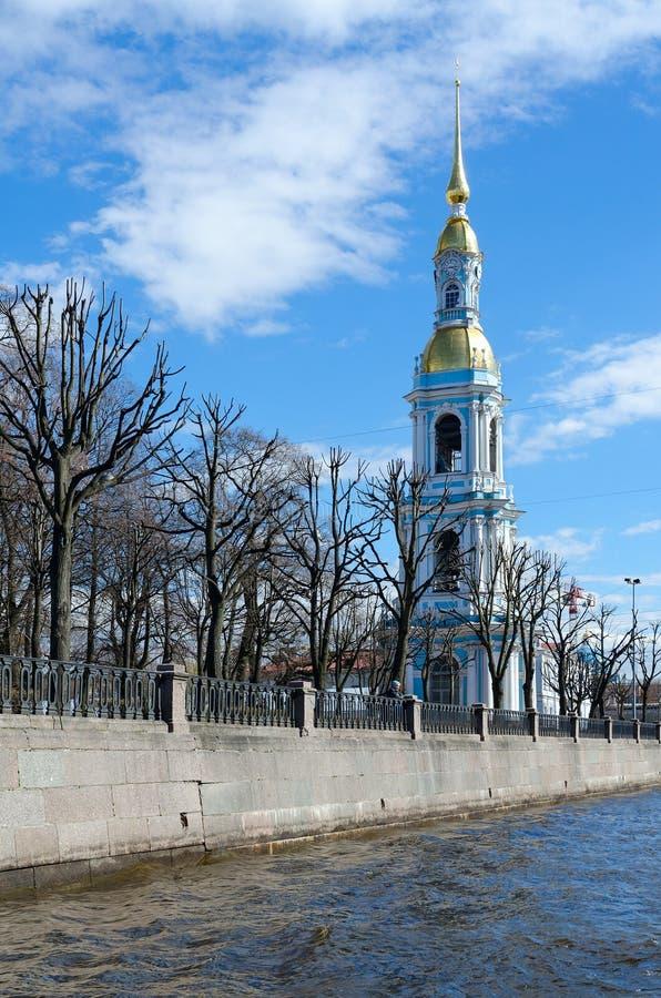 Campanile della st Nicholas Epiphany Cathedral sull'argine del canale di Kryukov, St Petersburg, Russia immagine stock