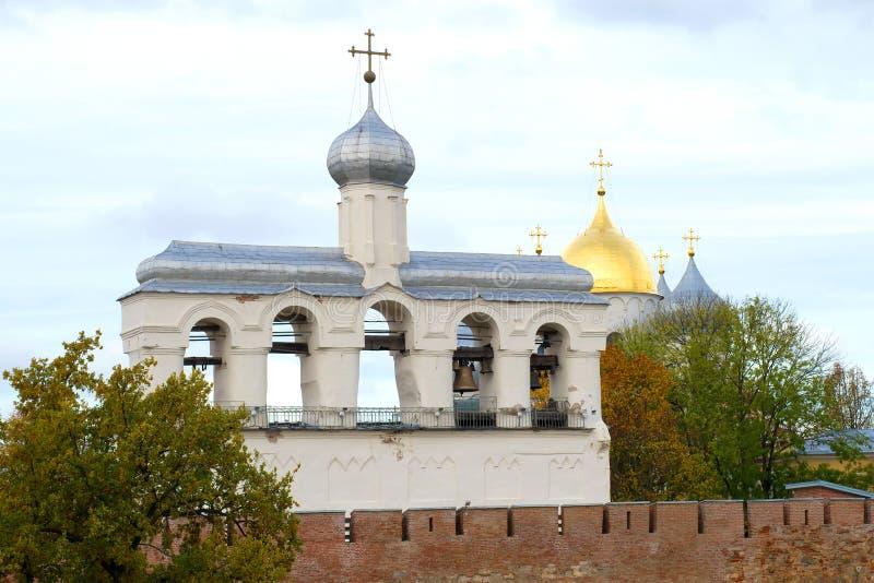 Campanile della st Sophia Cathedral contro i precedenti Cremlino di Veliky Novgorod, Russ immagine stock libera da diritti
