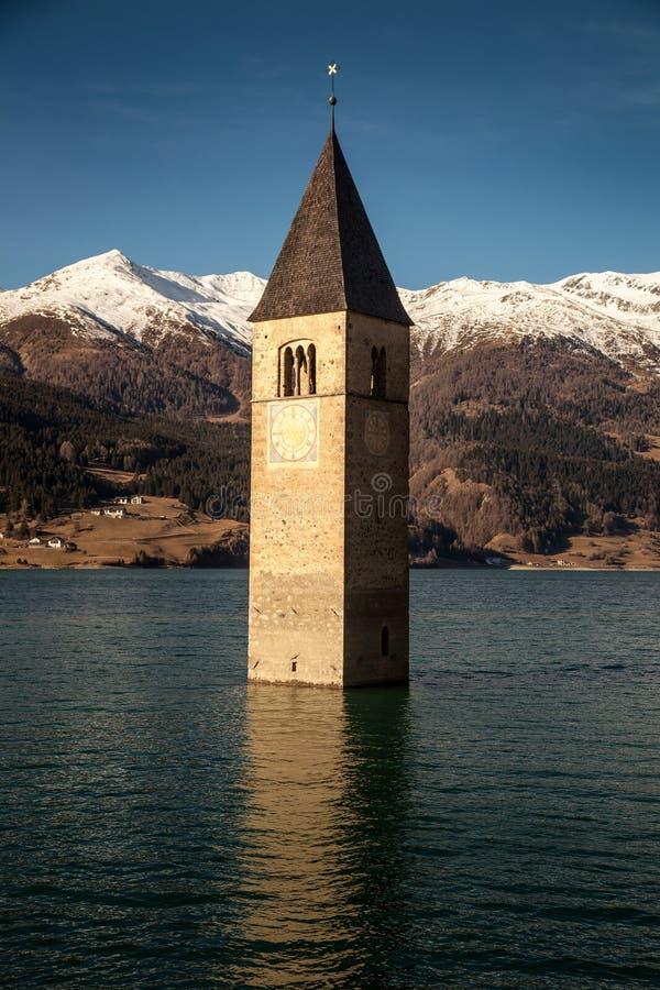 Campanile di Curon Venosta或者AltGraun,意大利钟楼  库存照片