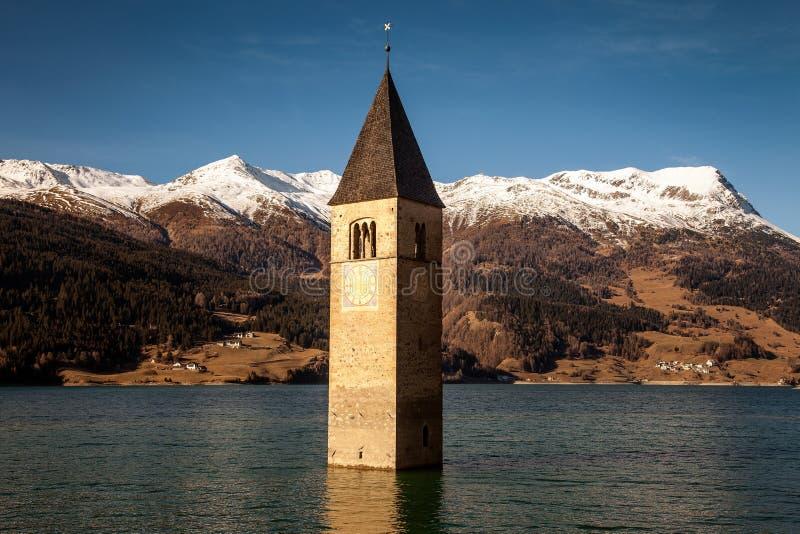 Campanile Di Curon Venosta, ή ο πύργος κουδουνιών ALT-Graun, Ιταλία στοκ εικόνα