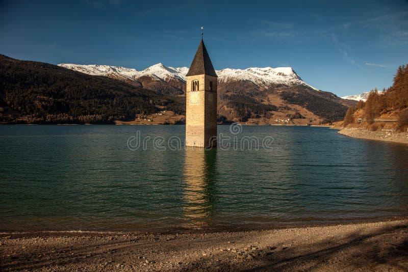 Campanile di Curon Venosta oder der Glockenturm von Alt-Graun, Italien lizenzfreie stockfotografie