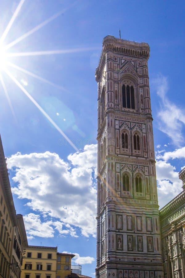 Campanile do ` s de Giotto - torre de Bell de Florence Duomo Cathedral Cattedrale Santa Maria del Fiore no dia brilhante com luz  imagens de stock royalty free