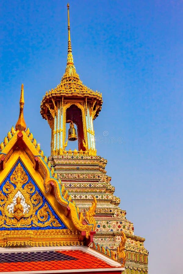 Campanile dorato in grandi palazzo e tempio di Emerald Budd fotografia stock