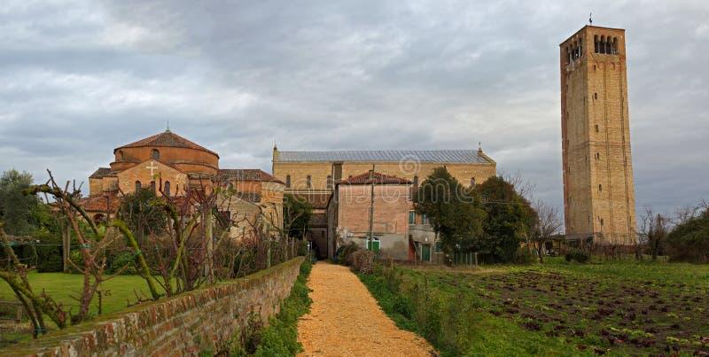Campanile e la cattedrale di Santa Maria Assunta nell'isola di Torcello fotografie stock libere da diritti