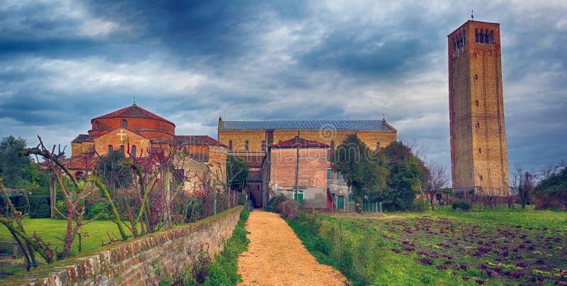 Campanile e la cattedrale di Santa Maria Assunta nell'isola di Torcello fotografie stock