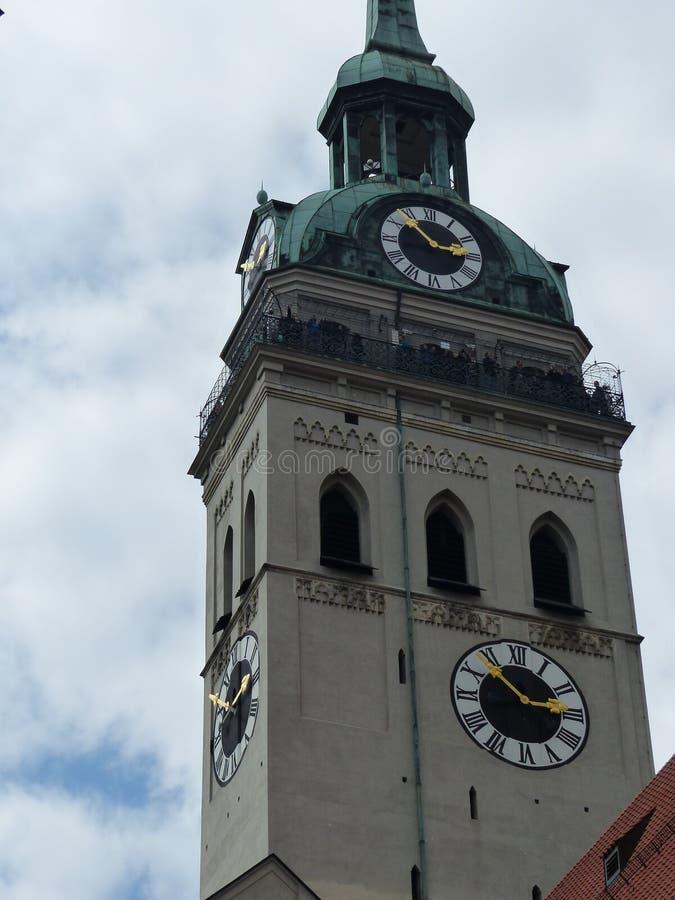 Campanile gotico con gli orologi del Peterkirche di Monaco di Baviera, Germania immagini stock