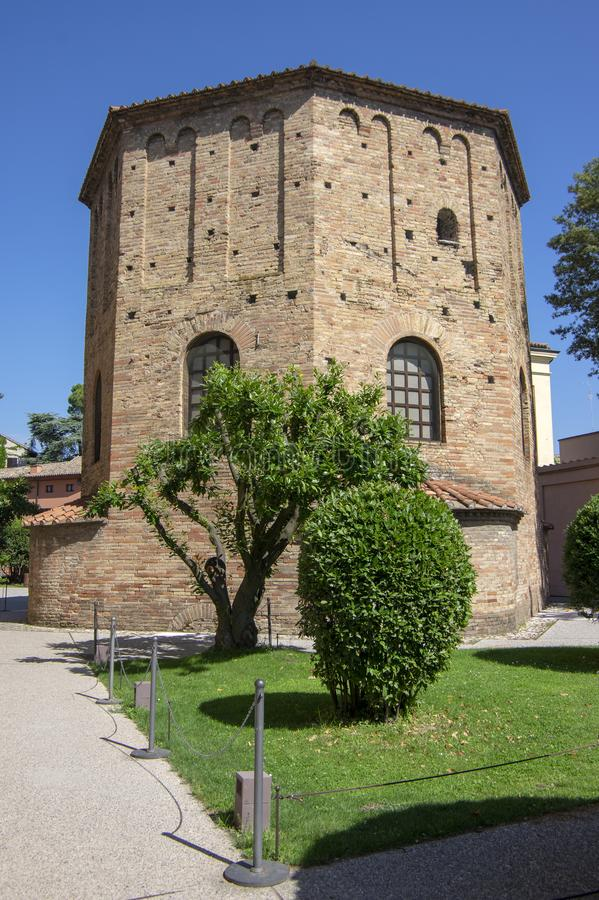 Campanile italiano del mattone rosso del vecchio bello giro antico medievale a Ravenna immagini stock