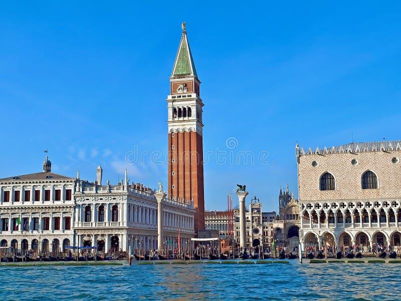 Campanile och dogeslott på St Mark i Venedig i Italien royaltyfri foto