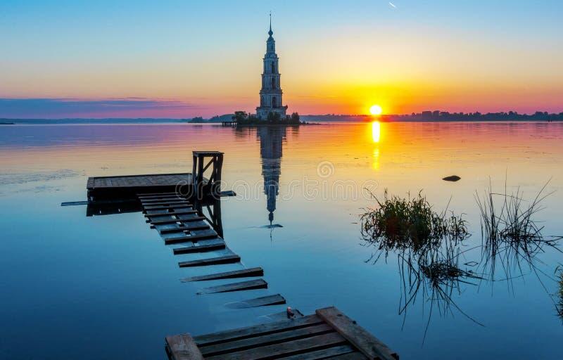 Campanile sommerso della st Nicholas Cathedral in Kalyazin Kalyazin ad alba, regione di Tver', Russia immagine stock libera da diritti