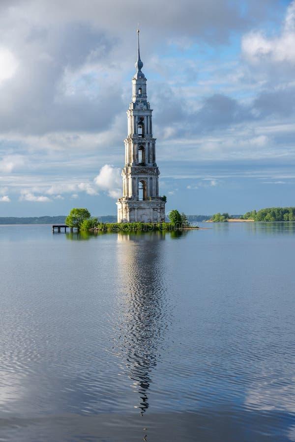 Campanile sommerso campanile di Kalyazin sopra le acque del bacino idrico di Uglic sul fiume Volga come componente del monastero  immagine stock libera da diritti