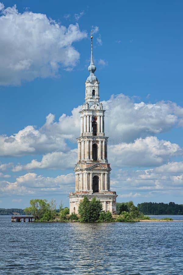 Campanile sommerso sul fiume Volga in Kalyazin, Russia immagini stock