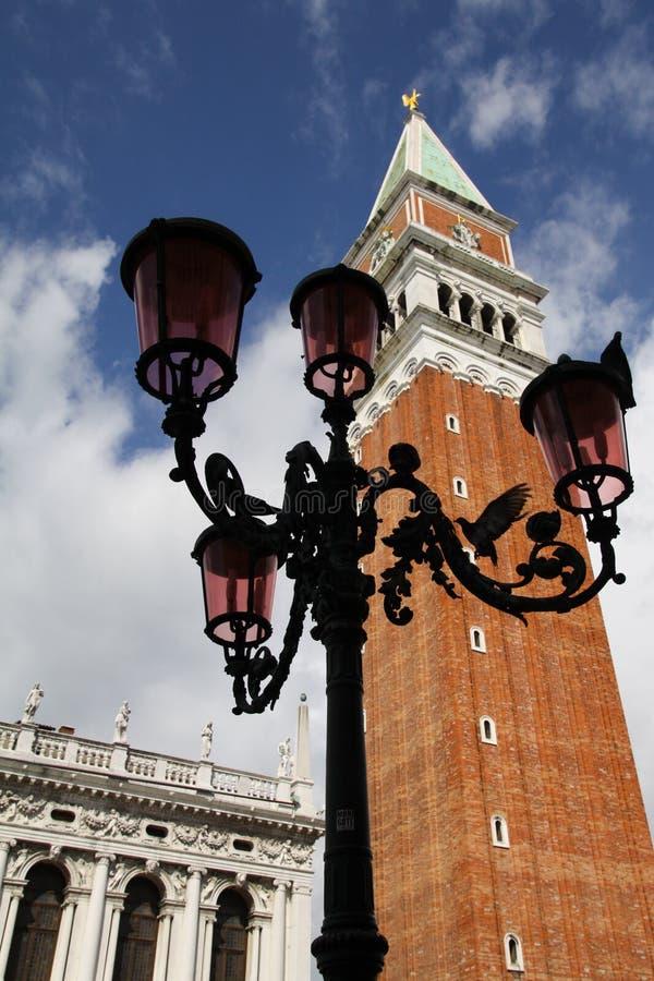 Campanile- Venetië Italië van Lampost Biblioteca van duiven stock afbeelding