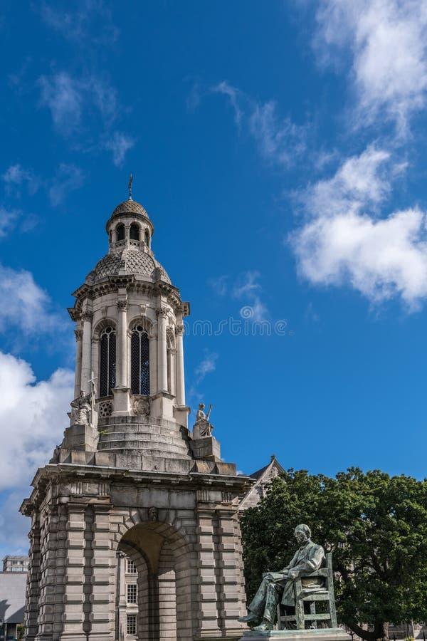 Campanilen av Treenighethögskolan med den Lecky statyn, Dublin Irela royaltyfri fotografi
