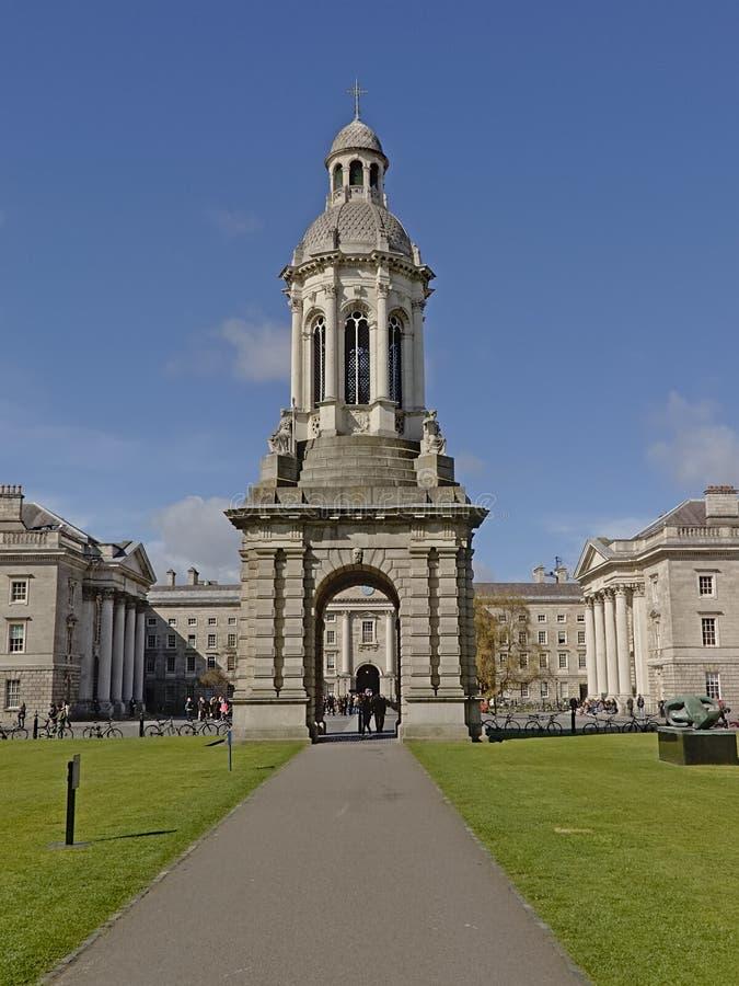 Campanille på parlamentfyrkant av Treenighethögskolan av Dublin arkivbild