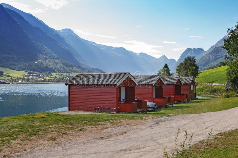Campant sur le rivage de Nordfjord, la Norvège image stock
