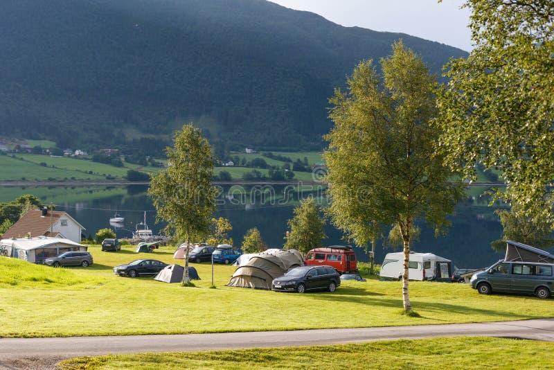 Campant sur le rivage du fjord, la Norvège photographie stock