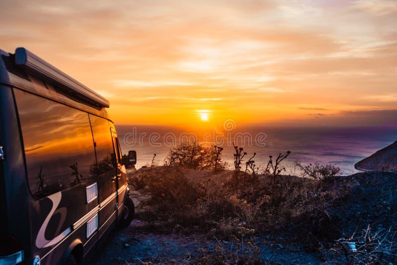 Camparebil på naturen på soluppgång Resor royaltyfri bild