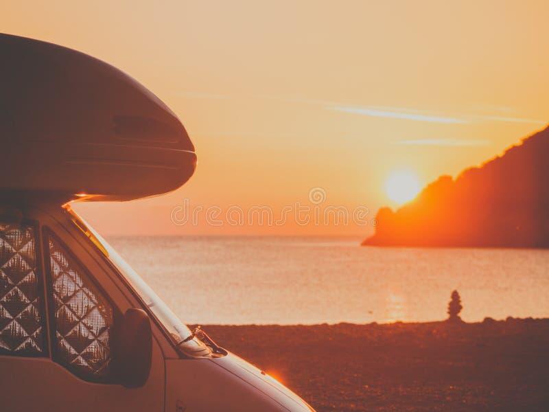 Camparebil på naturen på soluppgång Resor arkivbilder