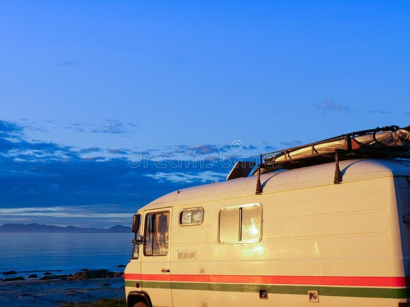 Camparebil på stranden, Lofoten öar, Norge arkivbilder