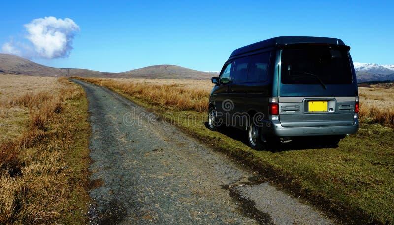 Campareskåpbil i vildmark royaltyfri fotografi