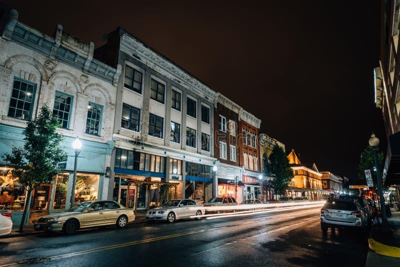 Campbell Avenue en la noche, en Roanoke céntrico, Virginia fotos de archivo libres de regalías